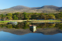 Ireland, County Kerry, near Killarney, Killarney National Park: Rowing boats on Upper Lake with Macgillycuddy's Reeks | Irland, County Kerry, bei Killarney, Killarney National Park, Upper Lake vor dem Gebirgsmassiv Macgillycuddy's Reeks