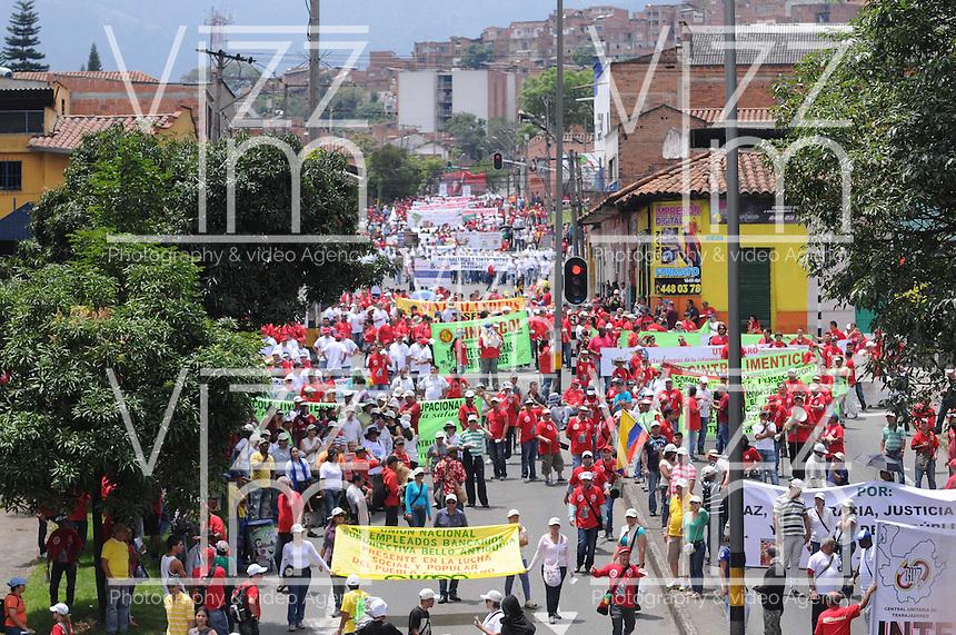 MEDELLÍN –COLOMBIA, 01-04-2013. Trabajadores marchan durante la conmemoración del Día Internacional del Trabajo en las calles de la ciudad de Medellín./ Workers march during  International Work Day commemoration at Medellin streets.  Photo:  VizzorImage /Luis Ríos/Str
