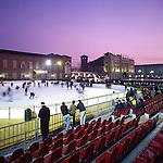 Pista di pattinaggio aperta al pubblico, nell'inverno 2001/02 in piazza Castello a Torino.     ..Ice skating in Castello square in Turin...December 2001...Ph. Marco Saroldi/Pho-to.it..Ph.