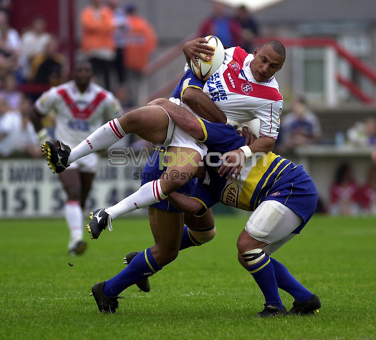 Pix: Matthew Lewis/SWpix.com. Rugby Super League, St.Helens v Warrington. 07/07/2001...COPYWRIGHT PICTURE>>SIMON WILKINSON>>01943 436649>>..St. Helens' Anthony Sullivan is tackled by the Warrington defence.