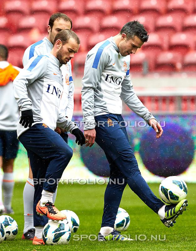 Nederland,Amsterdam, 21 maart  2013.Oranje Training.Seizoen 2012-2013.Robin van Persie en Wesley Sneijder van Oranje in actie met de bal..