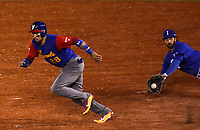 Robinson Chirinos de venezuela corre hacia segundo base mientras que el primera Chris Colabello de Italia base intensa quedarse con la bola en el sexto inning, durante el partido de desempate Italia vs Venezuela, World Baseball Classic en estadio Charros de Jalisco en Guadalajara, Mexico. Marzo 13, 2017. (Photo: AP/Luis Gutierrez)