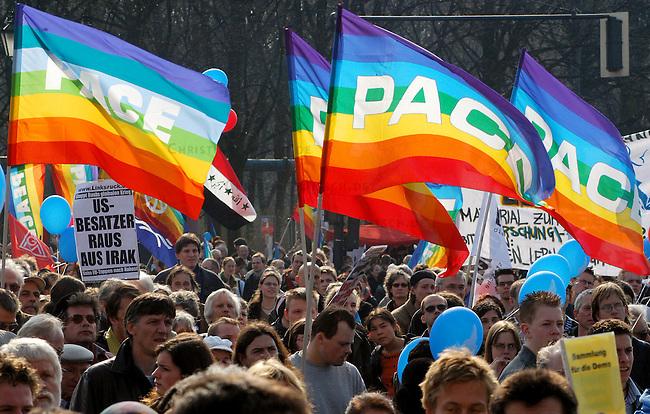 Protest gegen US-Krieg in Berlin<br /> Etwa 15.000 Menschen demonstrierten am Sonnabend den 12. April 2003 in Berlin gegen des US-Krieg gegen den Irak. Motto der Demonstration: &quot;Friede statt Besatzung&quot;. Die Demonstration zog als eine Art ruhiger und beschaulicher Friedens-Spaziergang durch den Tiergarten zum Brandenburger Tor.<br /> Hier: Wehende Friedensfahnen.<br /> 12.4.2003, Berlin<br /> Copyright: Christian-Ditsch.de<br /> [Inhaltsveraendernde Manipulation des Fotos nur nach ausdruecklicher Genehmigung des Fotografen. Vereinbarungen ueber Abtretung von Persoenlichkeitsrechten/Model Release der abgebildeten Person/Personen liegen nicht vor. NO MODEL RELEASE! Nur fuer Redaktionelle Zwecke. Don't publish without copyright Christian-Ditsch.de, Veroeffentlichung nur mit Fotografennennung, sowie gegen Honorar, MwSt. und Beleg. Konto: I N G - D i B a, IBAN DE58500105175400192269, BIC INGDDEFFXXX, Kontakt: post@christian-ditsch.de<br /> Bei der Bearbeitung der Dateiinformationen darf die Urheberkennzeichnung in den EXIF- und  IPTC-Daten nicht entfernt werden, diese sind in digitalen Medien nach &sect;95c UrhG rechtlich geschuetzt. Der Urhebervermerk wird gemaess &sect;13 UrhG verlangt.]