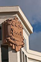 Europe/France/Aquitaine/64/Pyrénées-Atlantiques/Pays-Basque/Biarritz: Le Musée de la Mer est un bâtiment de style Art déco, accolé à la falaise du plateau de l'Atalaye, dont la construction remonte à 1933. Détail des Armes de Biarritz sculptées par Bilberstein au  frontispice du bâtiment