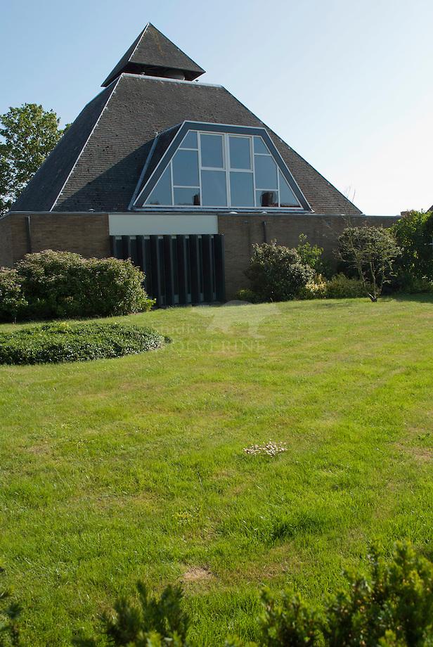 Oosterland, piramide kerk