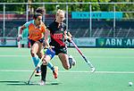 AMSTELVEEN  - Charlotte Vega (A'dam) met Robine Koerts (Gro)   Hoofdklasse hockey dames ,competitie, dames, Amsterdam-Groningen (9-0) .     COPYRIGHT KOEN SUYK
