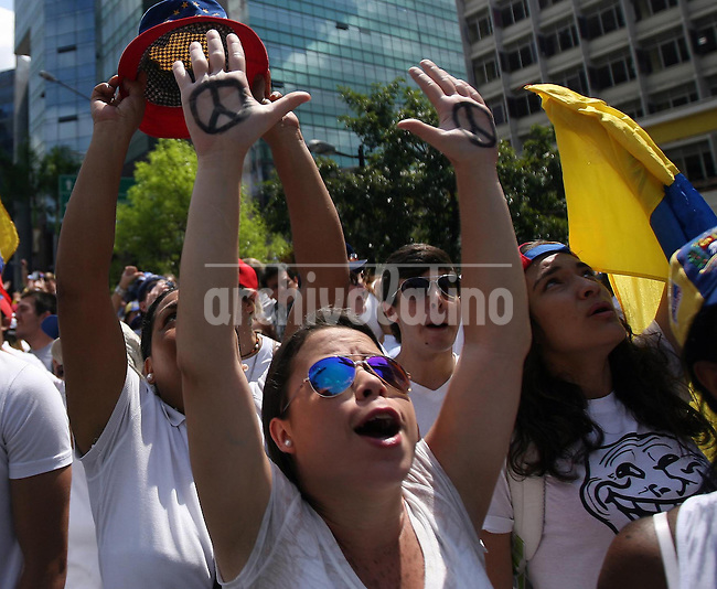 Venezuela: Caracas,18/02/14 <br /> Protesters raise  their arms during the rally in support of Leopoldo Lopez, in Plaza Brion in Chaca&Atilde;&shy;to, Caracas. Lopez was then handed to the National Guard, because the government had issued an arrest warrant against him responsible for the violence of the protest 12F, where two students and a member of a pro-government paramilitary group died. <br /> Adolfo Acosta/Archivolatino