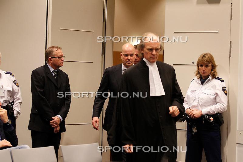Nederland, Utrecht, 28 december 2011.Steven ten Have (m), voorzitter van de Raad van Commissarissen van Ajax arriveert in de rechtzaal met zijn advocaat Stefan Kalff voor het kort geding van Tscheu La Ling