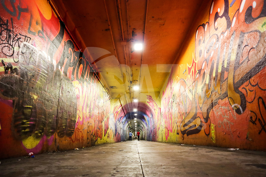 NOVA YORK, EUA, 03.10.2018 - ARTE-EUA - Mural é visto por toda extensão de um túnel de acesso a estação 191 Street do metro da linha 1 na ilha de Manhattan em Nova York nos Estados Unidos nesta quarta-feira, 03. (Foto: William Volcov/Brazil Photo Press)
