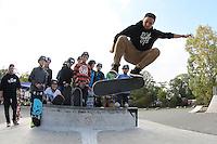 Benedikt Becker führt den Kindern einen Skateboard-Trick vor