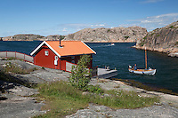 Sweden, Vaestra Goetaland County, Hamburgsund: Traditional falu red house along Bohuslaen Coast | Schweden, Vaestra Goetalands laen, Hamburgsund: falunrotes Haus an der Bohuslaen Kueste