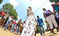 SANTO TOMÁS -COLOMBIA-29-03-2013. Más de 28 personas entre flagelantes y nazarenos llegaron hasta el municipio de Santo Tomas (Atlántico), ubicado a unos 10 minutos al oriente de Barranquilla, para cumplir con una penitencia ofrecida por la salud de algún familiar. Aunque la Iglesia católica se opone a estas prácticas y la alcaldía municipal, junto al Bienestar Familiar, han intentado que los niños no observen esta celebración, tradicional en la población, las personas siguen viniendo a mirar solo por curiosidad. El Viernes Santo es una de las principales celebraciones de la religión del Cristianismo, dentro de la denominada Semana Santa. Este día se recuerda la Muerte de Jesús de Nazaret./ More than 28 persons between flagellants and penitents came to the Santo Tomas county (Atlántico), located 10 minutes from Barranquilla, to fulfill a penance offered for relatives'  health. Although the Catholic church is opposed to this practice and the local administration with children authorities have tried to the chlid watch this celebration but poeple keep coming to see it for curiosity. The Good Friday is one of the most important celebrations of the Christianity religion,  in Holy Week. This day remembers the death of Jesus of Nazareth. Photo: VizzorImage/Alfonso Cervantes/STR