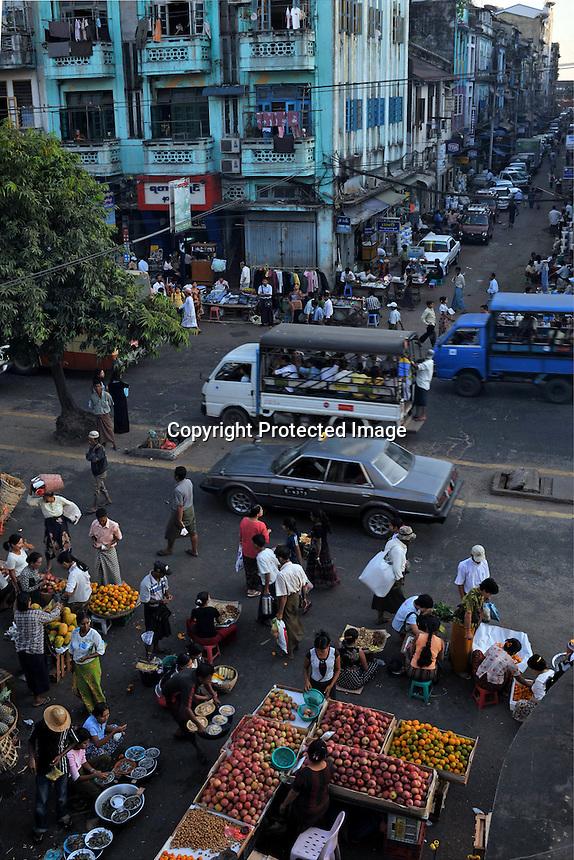 A bustlig market in the centre of  Rangoon, Burma, NOV 2008.  <br /> Photo by Richard Jones