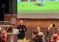 DFB-Schiedsrichter-Lehrwart Lutz Wagner demonstriert die Arbeitsweise beim Videobeweis im Keller in Köln bei seinem Vortrag im Volkshaus Büttelborn und fordert seine Zuhörer auf eine Entscheidung zu treffen - Büttelborn 11.02.2019: Vortrag von Schiedsrichterlehrwart Lutz Wagner bei der SKV Büttelborn