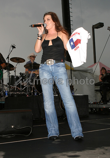 June 12th, 2004:  Nashville, TN, USA: CMA Music Festival Convention RiverFront Stages Day 3.  Gretchen Wilson Performs.  Mandatory Photo Credit:  Ferguson/Admedia (c) Kevin Ferguson/2004