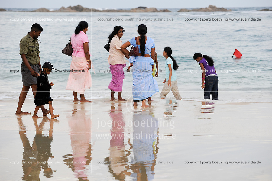 SRI LANKA Trincomalee, Tamil Hindu pilgrims take bath in indian ocean after visit the holy Koneshwaram Hindu temple / SRI LANKA Trincomalee , Tamilische Hindus nehmen ein Bad im Meer nach Besuch des Koneshwaram Hindutempel
