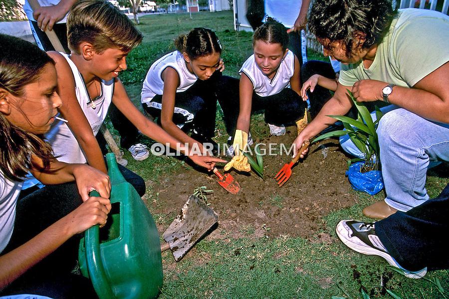 Alunos de escola estadual plantando açaí. Boa Vista. Roraima. 2003. Foto de Juca Martins.