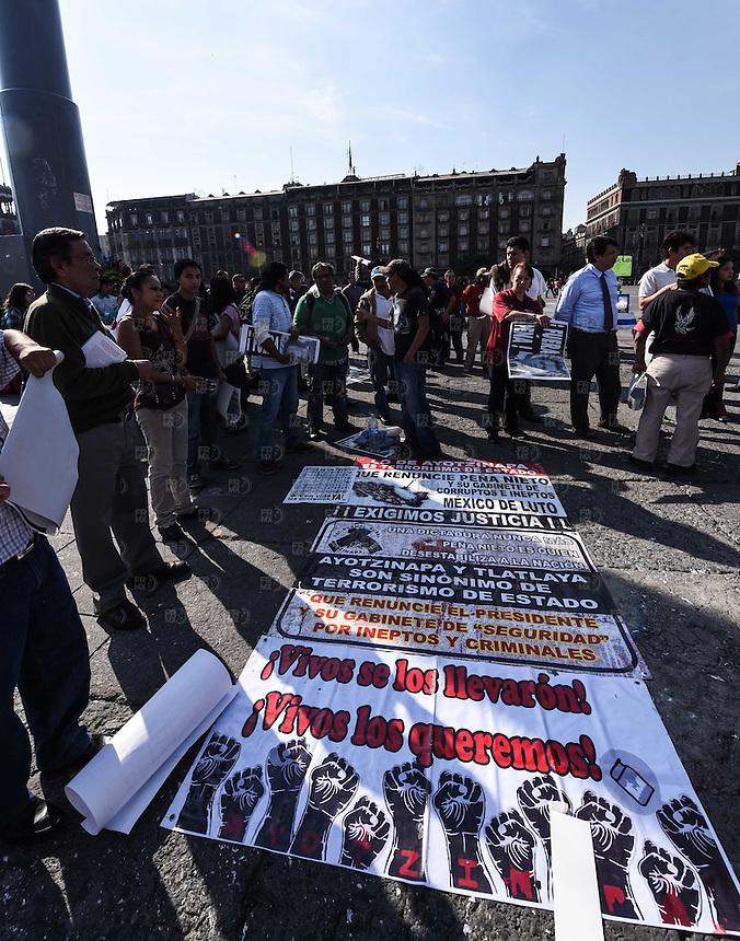 CIUDAD DE MEXICO, D.F. 01 de diciembre.- Comienzan a llegar los manifestantes al zócalo de la Ciudad de México para la marcha #1DMX que partirá al Ángel de la Independencia, 01 de diciembre de 2014.  FOTO: ALEJANDRO MELENDEZ