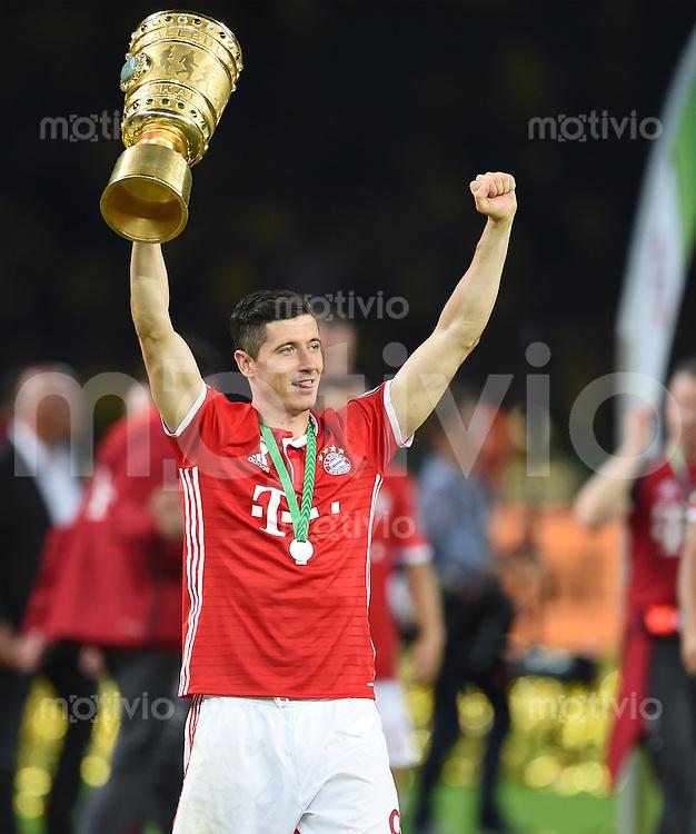 FUSSBALL  DFB POKAL FINALE  SAISON 2015/2016 in Berlin FC Bayern Muenchen - Borussia Dortmund         21.05.2016 DER FC BAYERN IST POKALIEGER 2016: Robert Lewandowski (FC Bayern Muenchen) jubelt mit dem Pokal