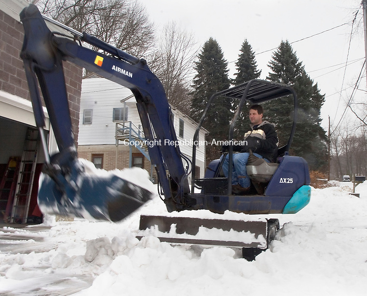 NAUGATUCK, CT - 16 DECEMBER 2007 - 121607JW03.jpg -- Owner of Shep's Auto, Dean Rotatori, uses his mini excavator to clean up during the storm Sunday afternoon. Jonathan Wilcox Republican-American