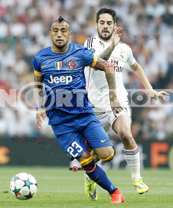 Real Madrid's Isco (r) and Juventus' Arturo Vidal during Champions League 2014/2015 Semi-finals 2nd leg match.May 13,2015. (ALTERPHOTOS/Acero) /NortePhoto.COM