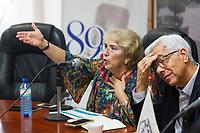 Quer&eacute;taro, Qro. 21 de junio de 2018.- La Facultad de Ciencias Pol&iacute;ticas y Sociales de la UAQ, a trav&eacute;s del Centro de Estudios de Opini&oacute;n, presenta resultados de la encuesta de preferencias electorales en el municipio de Quer&eacute;taro.<br /> <br /> La Universidad Aut&oacute;noma de Quer&eacute;taro (UAQ), a trav&eacute;s del Centro de Estudios de Opini&oacute;n de la Facultad de Ciencias Pol&iacute;ticas y Sociales, dio a conocer este jueves la &uacute;nica Encuesta de Posicionamiento Electoral en el municipio de Quer&eacute;taro que cuenta con el respaldo de la M&aacute;xima Casa de Estudios del estado.<br /> La Dra. Martha Gloria Morales Garza, investigadora responsable del an&aacute;lisis, y el secretario Particular de la Rector&iacute;a, Mtro. Luis Alberto Fern&aacute;ndez Garc&iacute;a, encabezaron la rueda de prensa en la que se present&oacute; la vitrina metodol&oacute;gica con la que se realiz&oacute; el estudio y que en el plazo de los pr&oacute;ximos cinco d&iacute;as se registrar&aacute;, como lo marca la Ley Electoral, ante el Instituto Electoral del Estado de Quer&eacute;taro (IEEQ).<br /> En la realizaci&oacute;n de esta Encuesta, levantada del 14 al 16 de junio de 2018, se efectuaron 1,040 cuestionarios, participaron 23 encuestadores y 6 supervisores, teniendo como marco muestral el Listado Nominal por secciones electorales capitalino y como poblaci&oacute;n objetivo los residentes de viviendas particulares, de 18 a&ntilde;os y m&aacute;s, con credencial para votar vigente, residentes del municipio de Quer&eacute;taro. El m&eacute;todo de entrevista fue en hogares, cara a cara.<br /> <br /> De acuerdo con la Dra. Morales Garza, el estudio tiene un margen de error de &plusmn;3 por ciento y un porcentaje de confiabilidad del 95 por ciento.<br /> <br /> Los resultados vierten las siguientes estimaciones:  27.9 por ciento (&plusmn;3 por ciento) se decant&oacute; por el candidato del Partido Acci&oacute;n Nacional, Partido de 