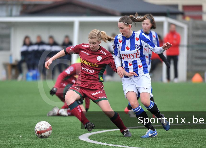 Dames Zulte-Waregem - SC Heerenveen : Laura Vervacke aan de bal voor Cynthia Beekhuis.foto DAVID CATRY / Nikonpro.be