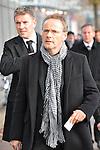 m heutigen Sonntag (15.11.2009) nahmen die Fans und Freunde des am 10.11.2009 verstorbenen Nationaltorwartes Robert Enke ( Hannover 96 ) Abschied. In der groessten Trauerfeier nach Adenauer kamen rund 100.000 Träuergaeste zur AWD Arena. Zu den VIP zählten u.a. Altkanzler Gerhard Schroeder, Bundestrainer Joachim Loew und die aktuelle DFB Nationalmannschaft, sowie Vertreter der einzelnen Bundesligamannschaften und ehemalige Vereine, in denen er gespielt hat. Der Sarg wurde im Mittelkreis des Stadions aufgebahrt. Trauerreden hielten u.a. MIniterpräsident Christian Wulff, DFB Präsident Theo Zwanziger , Han. Präsident Martin Kind <br /> <br /> <br /> Foto:  Reinhold Beckmann - <br /> <br /> Foto: © nph ( nordphoto )  <br /> <br />  *** Local Caption *** Fotos sind ohne vorherigen schriftliche Zustimmung ausschliesslich für redaktionelle Publikationszwecke zu verwenden.<br /> Auf Anfrage in hoeherer Qualitaet/Aufloesung