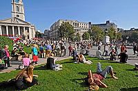 Pessoas na Praça Trafalgar Square. Londres. Inglaterra. 2008. Foto de Juca Martins.
