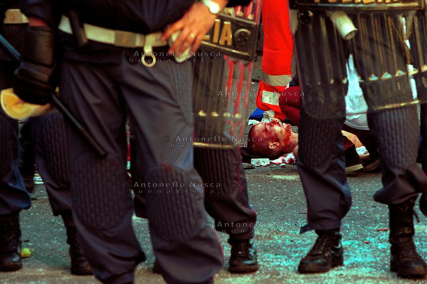 Big fight between demonstrators and Italian police during the protest against the G8 Summit in Genoa on July 2001..The body of Carlo Giuliani lies on the ground. He was killed during the riots in Alimonda square..Carlo Giuliani giace a terra dopo essere stato ucciso negli scontri di Piazza Alimonda in occasione del G8 tenutosi a Genova nel Luglio del 2001.