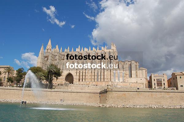 Cathedral Santa Mar&iacute;a de Palma de Mallorca (1229-1346) with the lagoon Parc de la Mar<br /> <br /> Catedral de Santa Mar&iacute;a de Palma de Mallorca (La Seu, cat.: Sa Seo) (1229-1346) con el Parc de la Mar<br /> <br /> Kathedrale Santa Mar&iacute;a de Palma de Mallorca (1229-1346) mit dem Meerespark<br /> <br /> 3008 x 2000 px<br /> 150 dpi: 50,94 x 33,87 cm<br /> 300 dpi: 25,47 x 16,93 cm