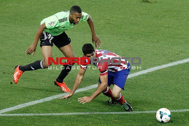 Atletico de Madrid's Diego Costa (r) and Osasuna's Jordan Loties during La Liga match.September 24,2013. Foto © nph / Acero)
