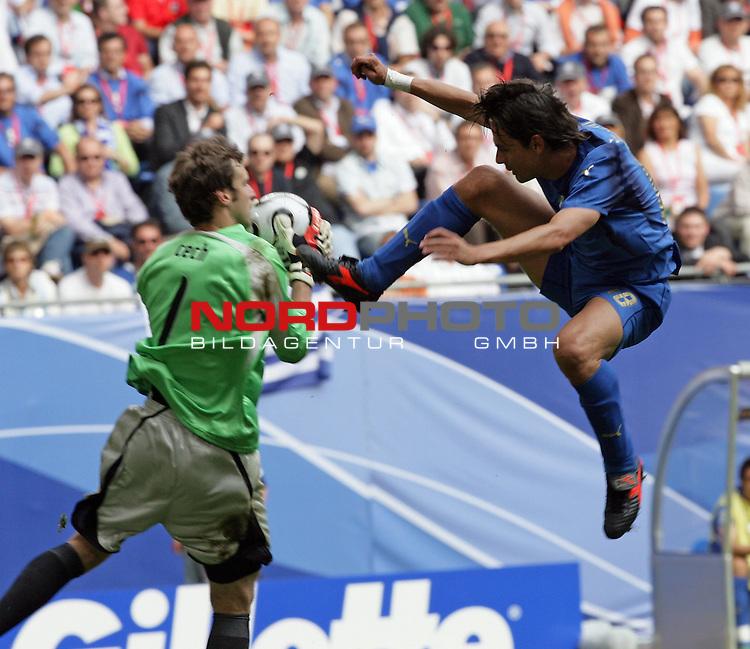 FIFA WM 2006 -  Gruppe E Vorrunde ( Group E )<br /> Play   #41 (22-Jun) - Tschechien - Italien<br /> <br /> Filippo Inzaghi im Zweilkampf mit  Keeper Petr Cech <br /> <br /> Foto &copy; nordphoto