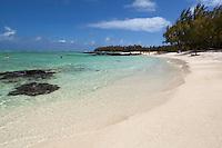 Mauritius, Flacq, Ile aux Cerfs: View along beach and turquoise sea | Mauritius, Flacq, Ile aux Cerfs: langer Sandstrand und tuerkisfarbenes, klares Wasser