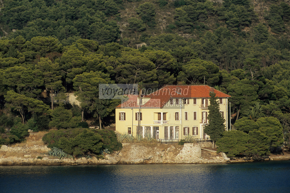 Europe/Croatie/Dalmatie/ Ile de Vis/Vis: Maison dans  la pinéde sur la côte