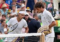 24-06-10, Tennis, England, Wimbledon, Robin Haase  passeert Rafael Nadal tijdens de wissel en die kijkt uiterst bezorgd