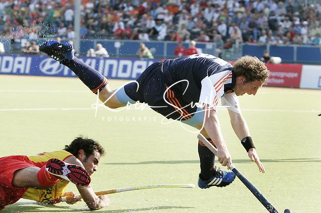 NLD-20050901-Leipzig-EK HOCKEY : Nederland-Spanje 2-1. Ronald Brouwer, de maker van de winnende treffer zorgt voor onrust in de Spaanse cirkel. links de Spanjaard Sergi Enrique.