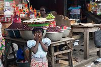 Mercato di Cotonou, ragazza al lavoro,
