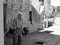 Botrugno (LE) - Salento - Anziani nel loro cortile in una tipica casa a corte salentina.