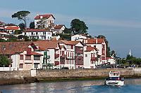Europe/France/Aquitaine/64/Pyrénées-Atlantiques/Pays-Basque/Ciboure:  Maisons du Quai Maurice Ravel et bateau à la sortie du port de Saint-Jean-de-Luz