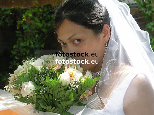 bride with flowers<br /> <br /> novia con flores<br /> <br /> Braut mit Blumen<br /> <br /> 2272 x 1704 px<br /> 150 dpi: 38,47 x 28,85 cm<br /> 300 dpi: 19,24 x 14,43 cm