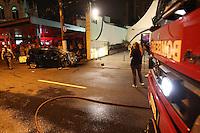 FOTO EMBARGADA PARA VEICULOS INTERNACIONAIS. SAO PAULO, SP, 10-11-2012, ACIDENTE AV RICARDO JAFET.Grave acidente na Av.Ricardo Jafet deixou seis pessoas feridas apos o veiculo em que estavam bater contra um poste. O Acidente aconteceu na madrugada desse Sabado (10) na Av. Ricardo Jafet n 200 sentido do litoral, cerca de 10 viaturas atenderam a ocorrencia. Luiz Guarnieri/ Brazil Photo Press