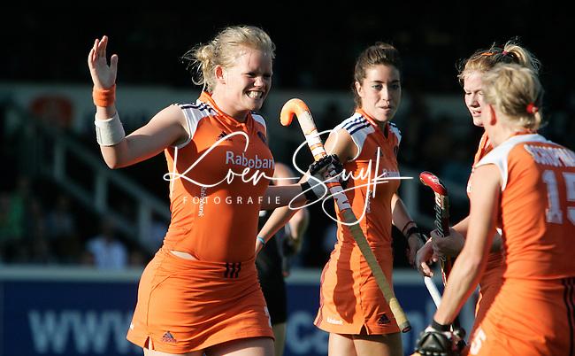 AMSTELVEEN - Vera Vorsdtenbosch kan haar geluk niet op als ze 2-0 heeft gescoord, dinsdag tijdens de wedstrijd Nederland-Nieuw Zeeland om de Rabo Champions Trophy 2006 in Amstelveen. ANP PHOTO KOEN SUYK