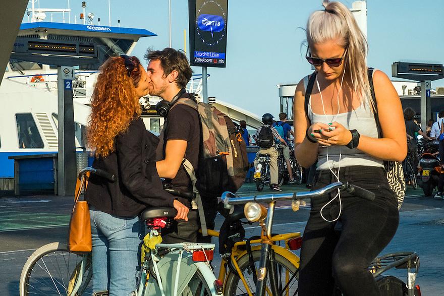 Nederland, Amsterdam, 12-09-2016<br /> Stelletje op straat begroet elkaar.<br /> <br /> Foto: (c) Michiel Wijnbergh