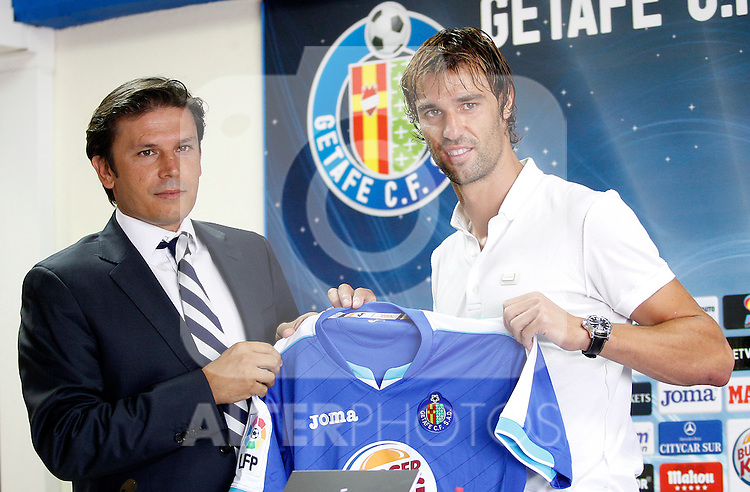 Getafe's new player Juan Valera (r) during his official presentation with the General Manager Toni Munoz. August 16, 2011. (ALTERPHOTOS/Acero)
