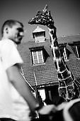 Wroclaw, Poland, April 4, 2009:<br /> Visitors and a giraffe at the .Wroclaw Zoo.(Photo by Piotr Malecki / Napo Images)..Mezczyzna w Zoo kolo wybiegu zyrafy ..Wroclaw, Kwiecien 2009.Fot: Piotr Malecki / Napo Images
