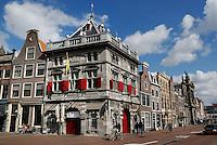 Spaarne in Haarlem. Gebouw me rode luiken is de oude Waag