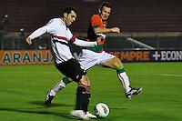 SÃO PAULO, SP, 23 DE JUNHO DE 2012 - CAMPEONATO BRASILEIRO - PORTUGUESA x SÃO PAULO: Rodolpho (e) e Gustavo (d) durante partida Portuguesa x São Paulo, válida pela 6ª rodada do Campeonato Brasileiro de 2012 no Estádio do Canindé. FOTO: LEVI BIANCO - BRAZIL PHOTO PRESS