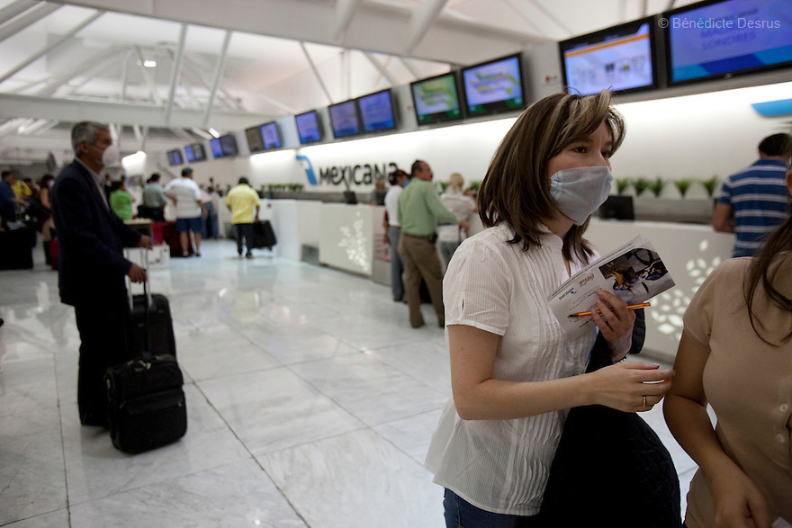 April 26, 2009 - Airport, Mexico City, Mexico - Travelers prepare to depart from Mexico City airport. So far the government has not limited travel out of or into the city. They wear surgical masks to protect themselves from the swine Flu. Photo credit: Benedicte Desrus / Sipa Press