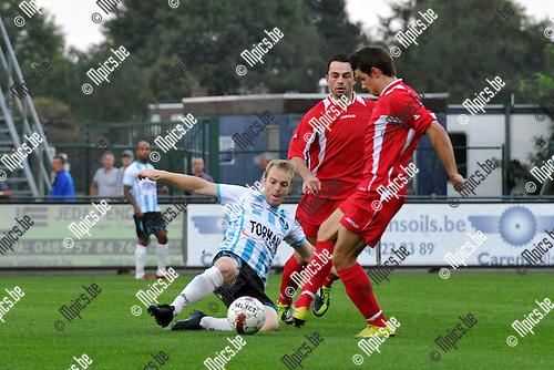 2011-09-03 / voetbal / seizoen 2011-2012 / VGM - Patro Eisden / David Vandecauter (l) (VGM) probeert met een sliding de bal te veroveren op Marco Battista (r) (Patro Eisden)
